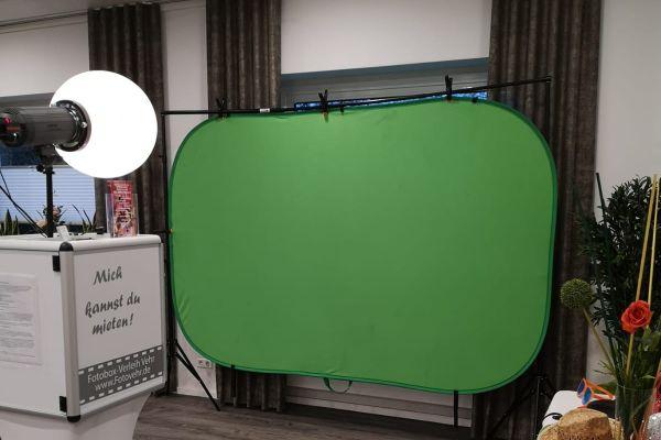 Fotobox Greenscreen nach rechts blickend