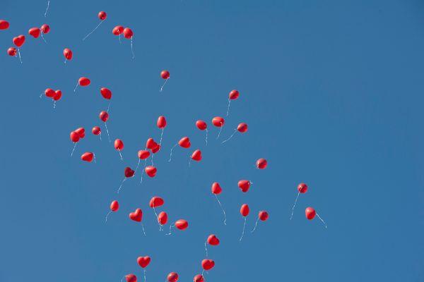 Rote Herzballoons im Himmel