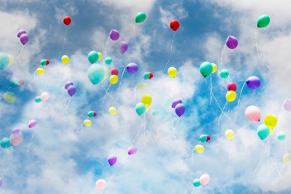 Bunte Balloons im Himmel