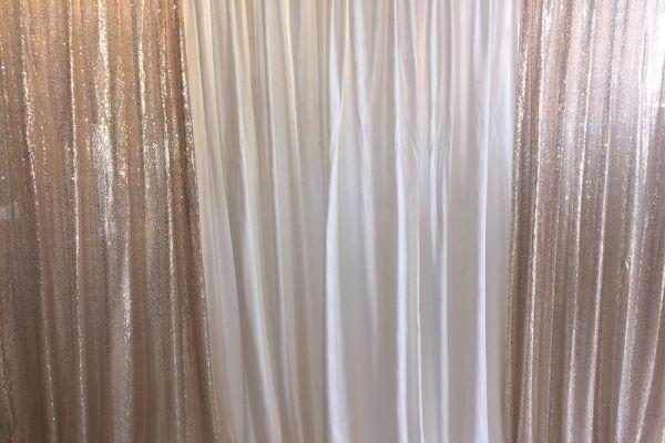 Weißer und rosefarbender Vorhang